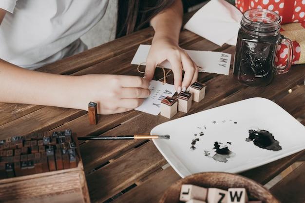 Zbliżenie Dłoni Malowanie W Pomieszczeniu Darmowe Zdjęcia