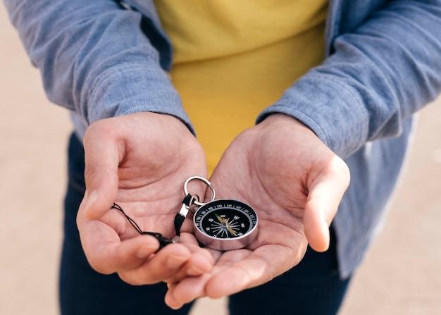 Zbliżenie Dłoni Mężczyzny Gospodarstwa Kompas Nawigacyjny Darmowe Zdjęcia