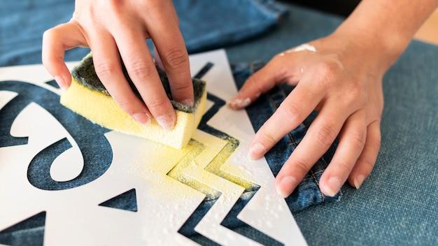 Zbliżenie Dłoni Przy Użyciu żółtej Farby Darmowe Zdjęcia