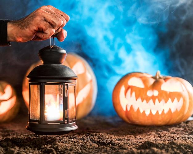 Zbliżenie Dłoni Trzymającej Lampę Premium Zdjęcia