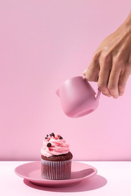 Zbliżenie Dłoni Trzymającej Różowy Kubek Premium Zdjęcia