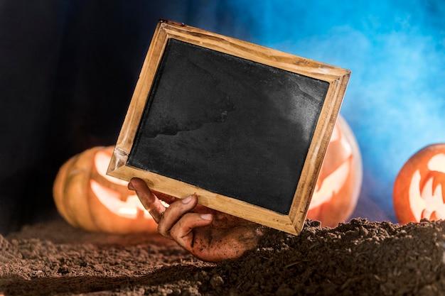 Zbliżenie Dłoni Trzymającej Tablicę Premium Zdjęcia
