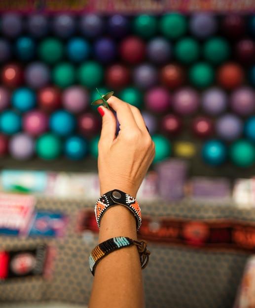 Zbliżenie dłoni z małą strzałką Darmowe Zdjęcia