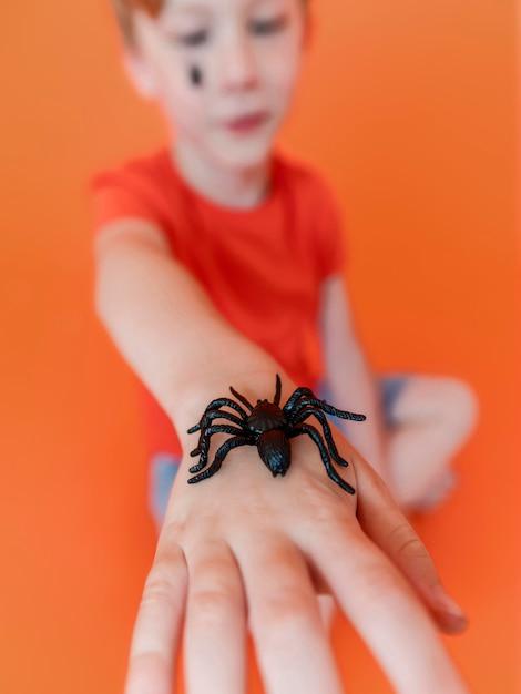 Zbliżenie Dziecko Trzyma Pod Ręką Pająka Halloween Darmowe Zdjęcia