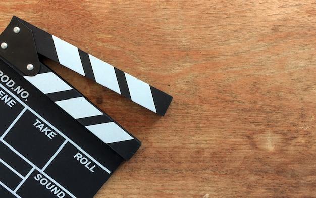 Zbliżenie Filmu Clapper Deska Na Drewno Stole Premium Zdjęcia