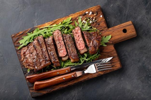 Zbliżenie gotowy do jedzenia stek new york. Premium Zdjęcia
