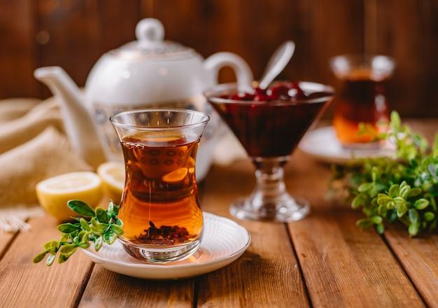 Zbliżenie Herbaty W Szklance Armudu Podawane Z Azerbejdżańską Murabbą I Cytryną Darmowe Zdjęcia