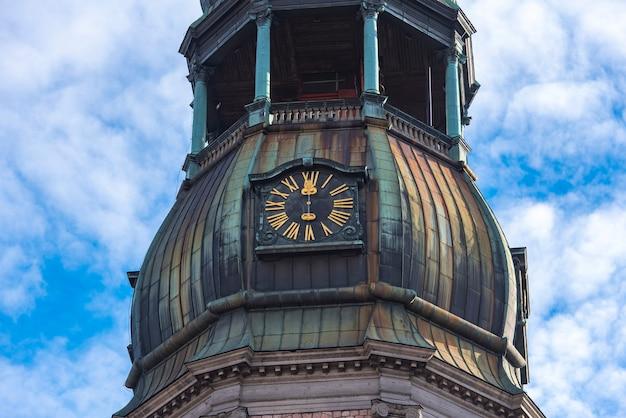 Zbliżenie Iglicy Z Zegarem Kościoła św Piotra, Stare Miasto W Rydze, łotwa Premium Zdjęcia