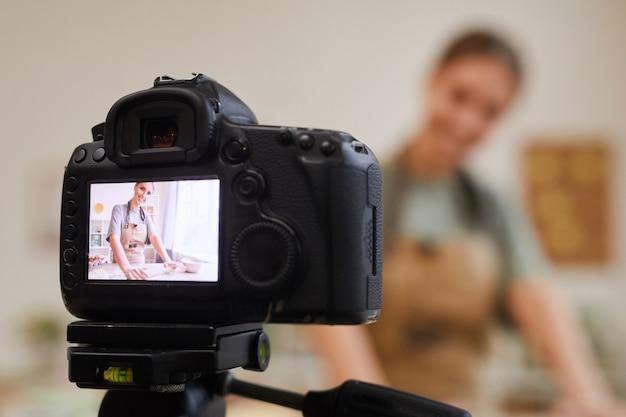 Zbliżenie Kamery Wideo Z Kobietą Na Ekranie Blogger żywności Tworzący Zawartość Premium Zdjęcia