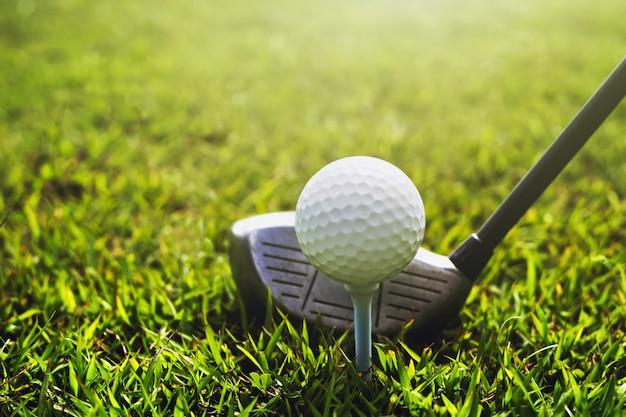Zbliżenie kij golfowy i piłka golfowa na zielonej trawie Premium Zdjęcia
