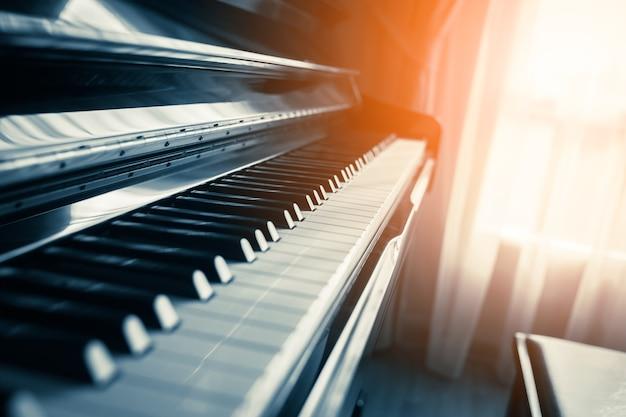 Zbliżenie Klawisz Fortepianu Ze światłem Z Okna Premium Zdjęcia