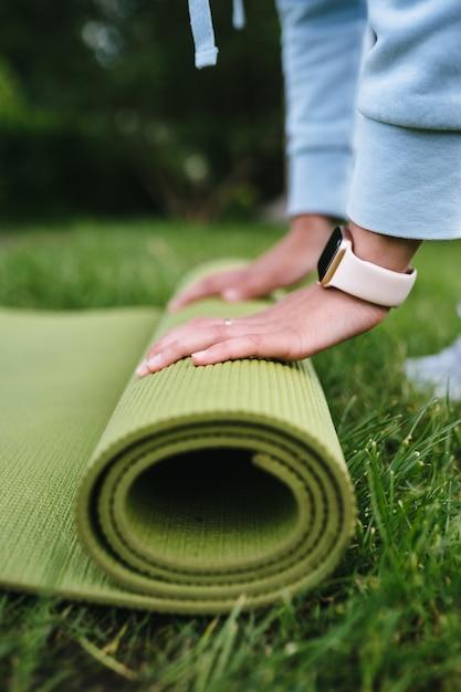Zbliżenie: Kobieta Składana Rolka Fitness Po Treningu W Parku Darmowe Zdjęcia