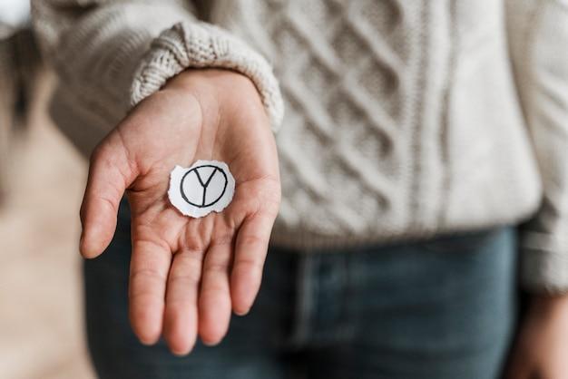 Zbliżenie: Kobieta Trzyma Znak Pokoju Darmowe Zdjęcia