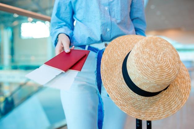 Zbliżenie Kobiety Mienia Paszporty I Abordaż Przepustka Przy Lotniskiem Premium Zdjęcia