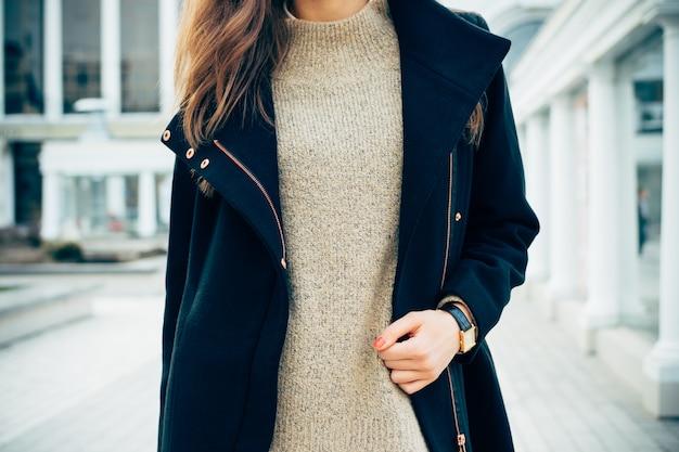 Zbliżenie Kobiety W Swetrze, Płaszczu I Zegarka Premium Zdjęcia
