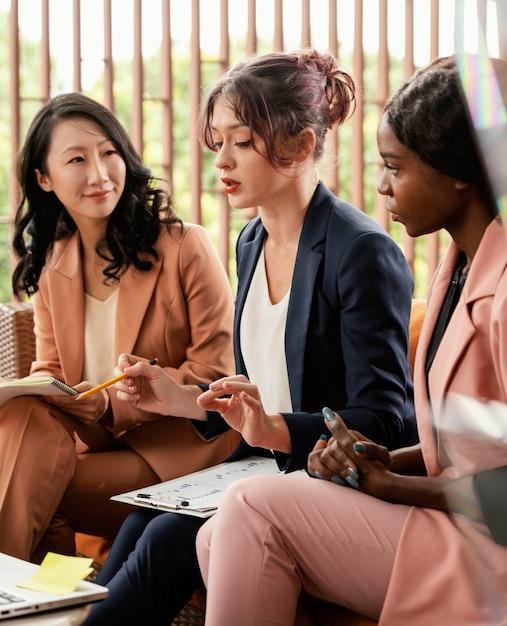 Zbliżenie Kobiety Wiodące Spotkanie Zespołu Darmowe Zdjęcia