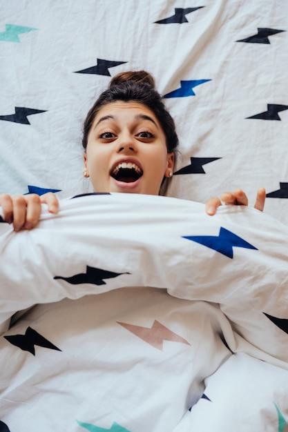 Zbliżenie Lovely Młoda Kobieta Leży W łóżku Przykryty Kocem. Darmowe Zdjęcia