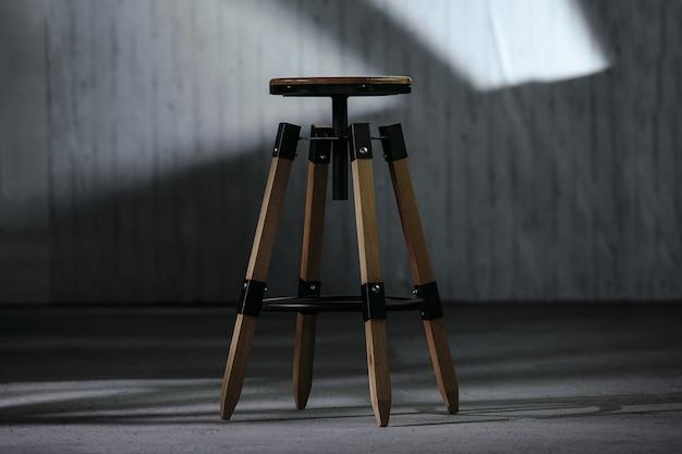 Zbliżenie Mały Drewniany Stolik Nocny W Kształcie Okrągłym Z Rozmytym Tłem Darmowe Zdjęcia