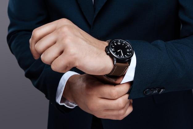Zbliżenie męskiej ręki. męski zegarek na zbliżenie dłoni. Premium Zdjęcia