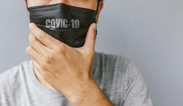 Zbliżenie Mężczyzn Noszących Maskę W Celu Ochrony Koronawirusa (covit-19) Z Nieostrością Premium Zdjęcia