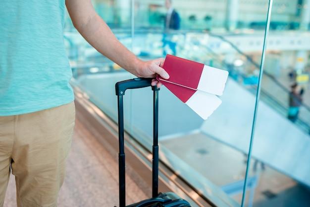 Zbliżenie Mężczyzna Trzyma Paszporty I Kartę Pokładową Przy Lotniskiem Premium Zdjęcia