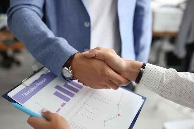 Zbliżenie Mężczyzny I Kobiety Uścisnąć Dłoń Premium Zdjęcia