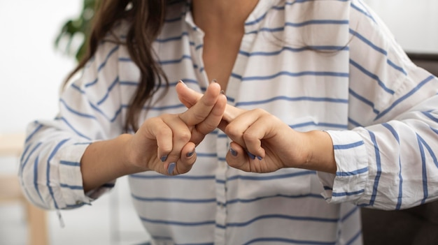 Zbliżenie Młoda Kobieta Nauczania Języka Migowego Premium Zdjęcia