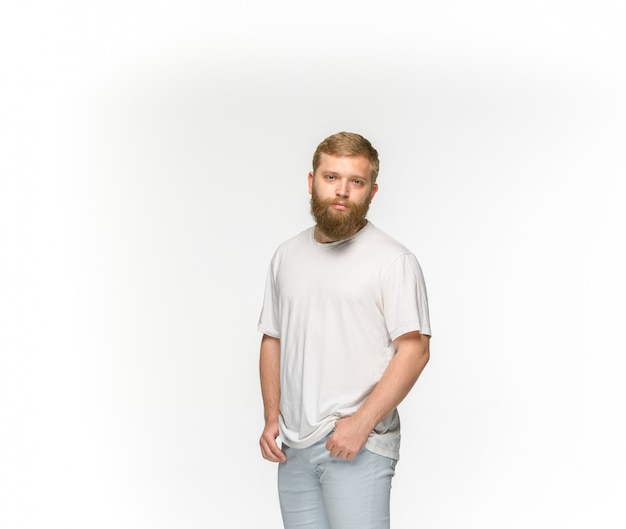 Zbliżenie Młodego Człowieka Ciało W Pustej Białej Koszulce Odizolowywającej Na Biel Przestrzeni. Makiety Koncepcji Disign Darmowe Zdjęcia