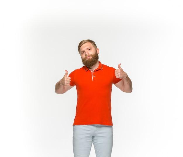 Zbliżenie Młodego Człowieka Ciało W Pustej Czerwonej Koszulce Odizolowywającej Na Biel Przestrzeni. Makiety Koncepcji Disign Darmowe Zdjęcia