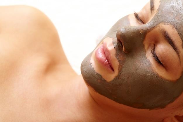 Zbliżenie młodej kobiety oczyszczania skóry twarzy Darmowe Zdjęcia