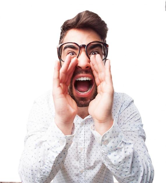 Zbliżenie Młody Człowiek W Okularach Z Krzykiem Darmowe Zdjęcia