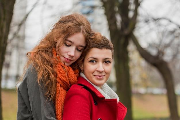 Zbliżenie młodych kobiet razem Darmowe Zdjęcia