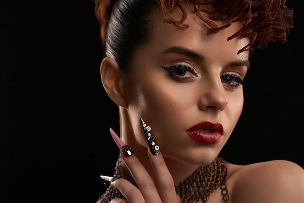 Zbliżenie Modelu Z Modną Zdobienia Paznokci I Jasny Makijaż. Premium Zdjęcia