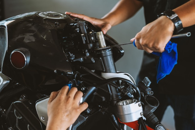 Zbliżenie Motocykla Bigbike Silnik W Stacji Napraw Premium Zdjęcia