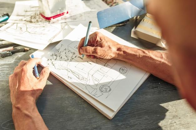Zbliżenie Na Architekta Szkicowania Projektu Budowlanego W Swoim Projekcie Samolotu Darmowe Zdjęcia