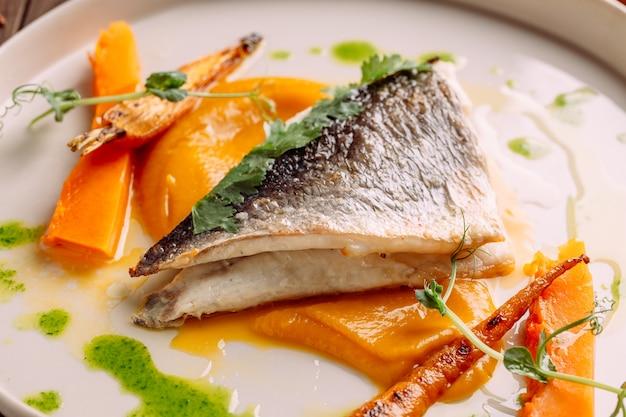 Zbliżenie Na Smakoszy Pieczona Biała Ryba Z Warzywami Premium Zdjęcia