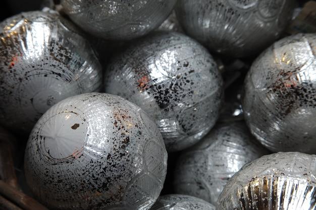 Zbliżenie Na Srebrne Bombki Choinki Darmowe Zdjęcia