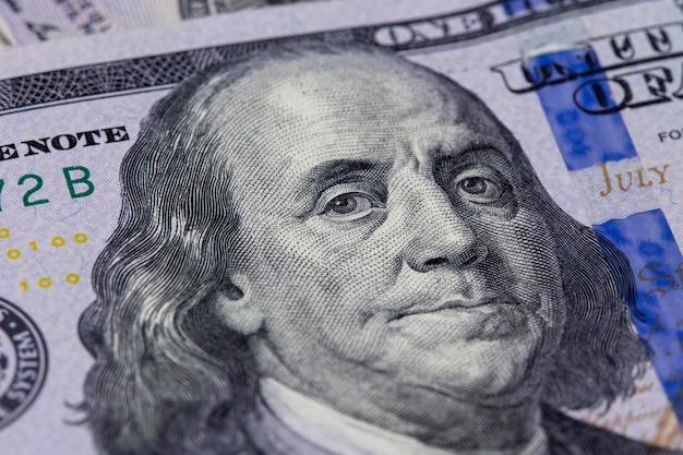 Zbliżenie Na Sto Dolarów. Portret Benjamina Franklina Premium Zdjęcia