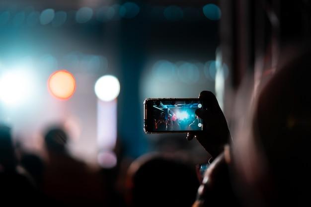 Zbliżenie Nagrywania Wideo Za Pomocą Smartfona Podczas Koncertu. Stonowany Obraz Darmowe Zdjęcia