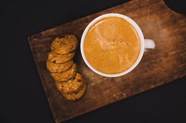 Zbliżenie Narzutów Kubek Kawy Obok Plików Cookie Premium Zdjęcia