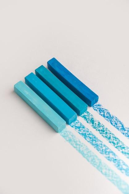 Zbliżenie Niebieskiego Koloru Pastelowa Kredka Pisze Kredą Nad Własną Linią śladową Darmowe Zdjęcia