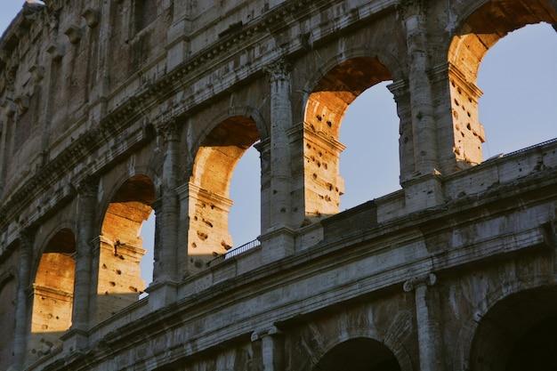 Zbliżenie Niski Kąt Strzału Architektury Rzymskiego Koloseum Darmowe Zdjęcia