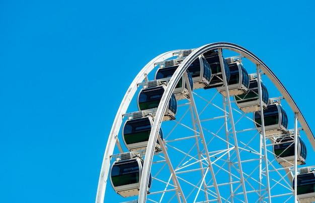 Zbliżenie Nowożytny Ferris Koło Przeciw Niebieskiemu Niebu I Bielowi Chmurnieje Premium Zdjęcia