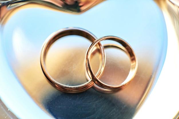 Zbliżenie obrączki ślubne kłama na złotym talerzu Darmowe Zdjęcia