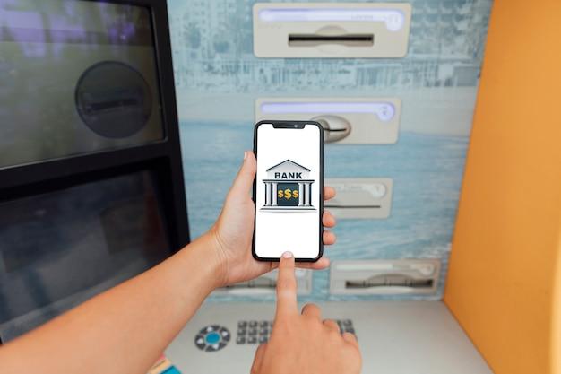 Zbliżenie Palca Dotykając Ekranu Telefonu Darmowe Zdjęcia