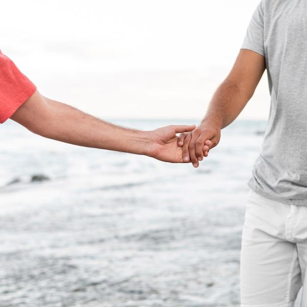 Zbliżenie Partnerów Trzymając Się Za Ręce Darmowe Zdjęcia