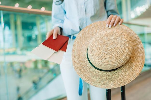 Zbliżenie Paszportów I Karty Pokładowej W Rękach Kobiet Na Lotnisku Premium Zdjęcia