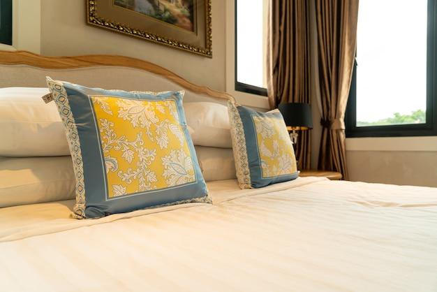 Zbliżenie Piękna Dekoracja Poduszki Na łóżko W Sypialni Premium Zdjęcia
