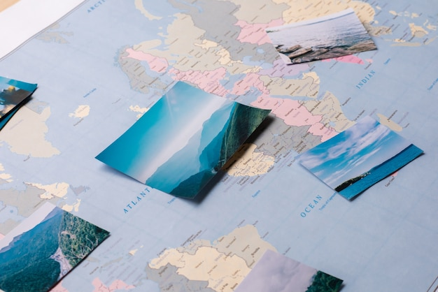 Zbliżenie Pięknych, Niezwykłych Miejsc Zaznaczonych Na Mapie świata, Przygotowujących Się Do Wyjazdu Premium Zdjęcia