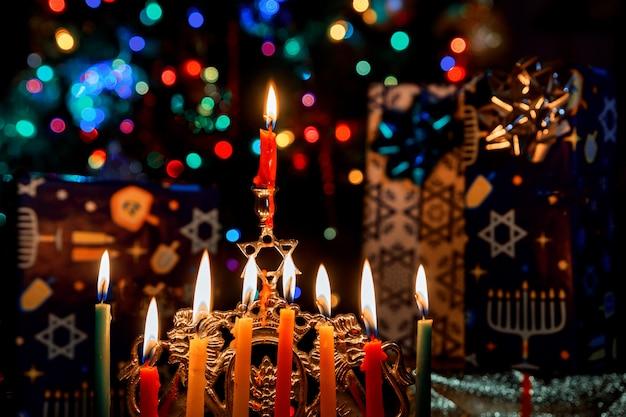 Zbliżenie Płonącego świecznika Chanuka Ze świecami Menora Premium Zdjęcia